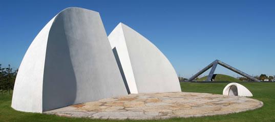 这是一个由半球形的建筑和直径为15米的半圆形舞台组成的造型.图片